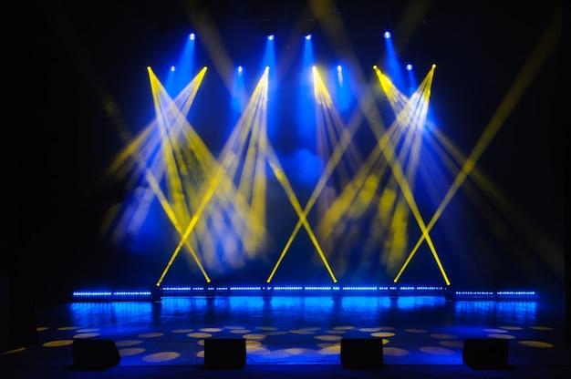 Escenario libre con luces, dispositivos de iluminación. espectáculo nocturno Foto Premium