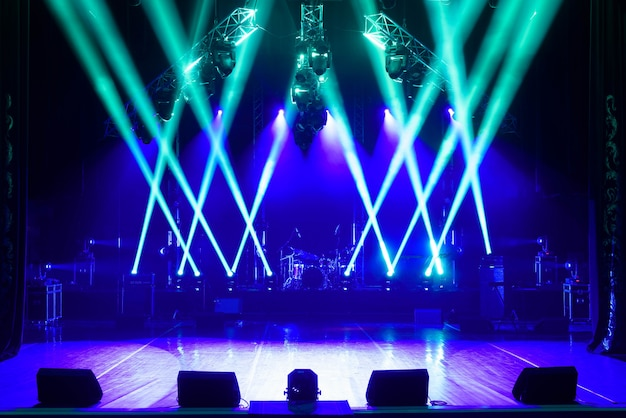 Escenario libre con luces, dispositivos de iluminación. Foto Premium