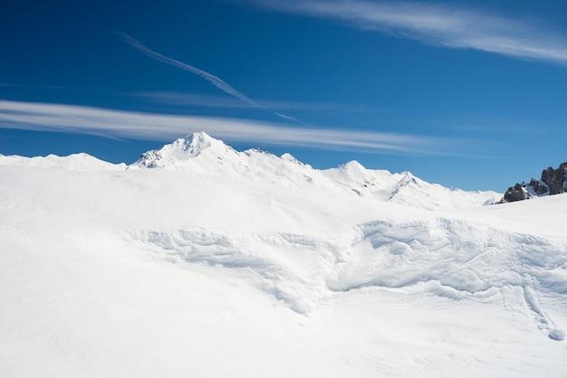 Escénica cornisa de nieve en la cresta Foto Premium