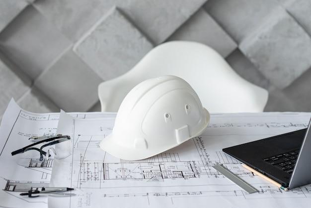 Escritorio arquitectónico con herramientas de trabajo. Foto gratis