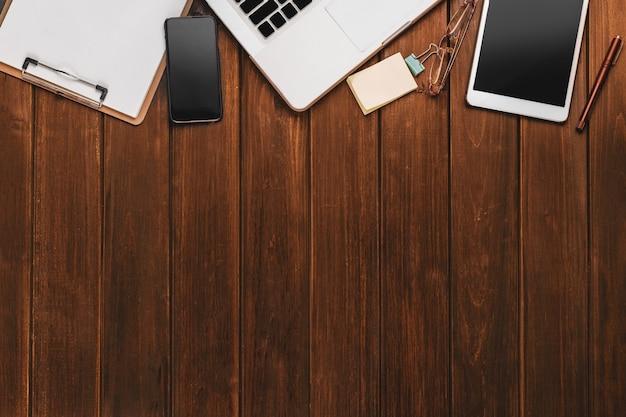 Escritorio con tablet y portátil Foto Gratis