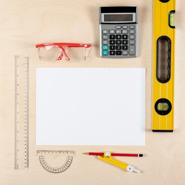 Escritorio de constructor con hoja de papel plana Foto gratis