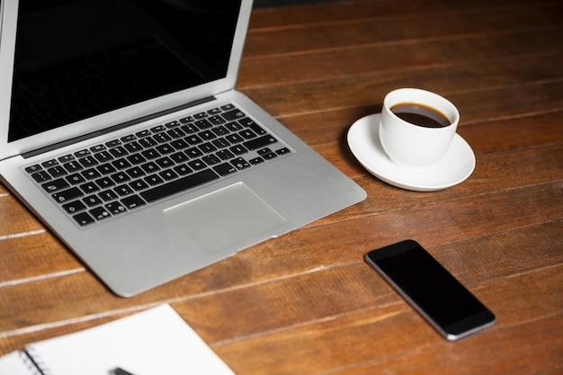 Escritorio de oficina con ordenador port til tel fono for La oficina telefono