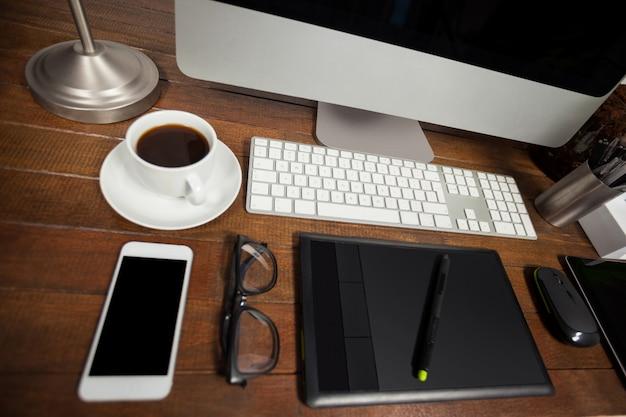 Escritorio de oficina con pc el tel fono m vil y sus for Pc de oficina