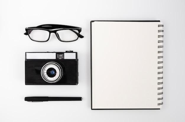 Escritorio de fotografía de vista superior con cámara Foto gratis