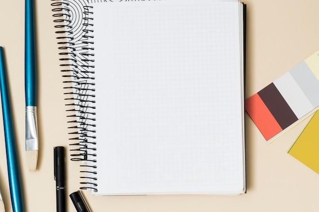 Escritorio de oficina con un cuaderno Foto gratis