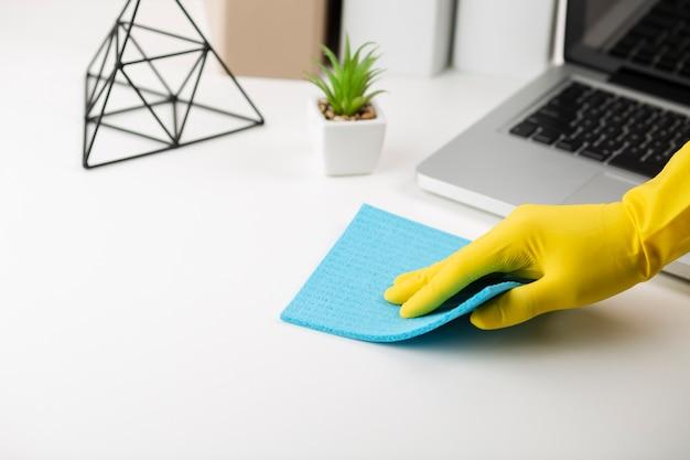 Escritorio de oficina de limpieza a mano Foto Premium