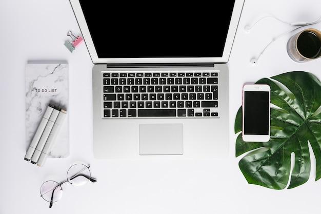 Escritorio de oficina con ordenador portátil Foto gratis