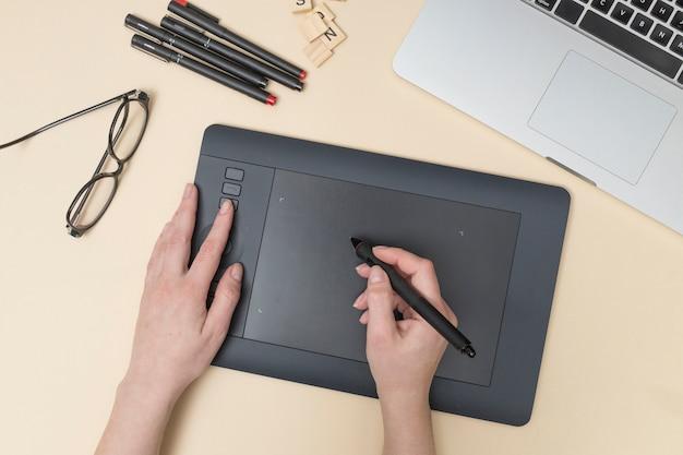 Escritorio de oficina con una tableta gráfica Foto gratis