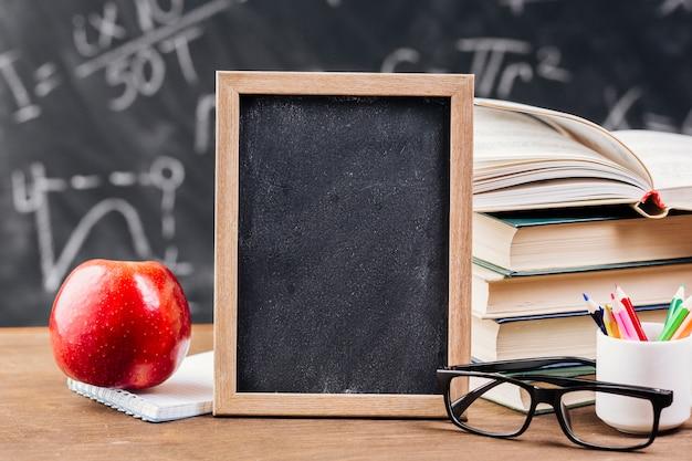 Escritorio del profesor con pizarra pizarra Foto gratis