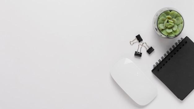 Escritorio de vista superior con mouse y bloc de notas Foto gratis