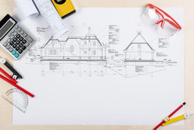 Escritorio de vista superior con plano arquitectónico Foto gratis