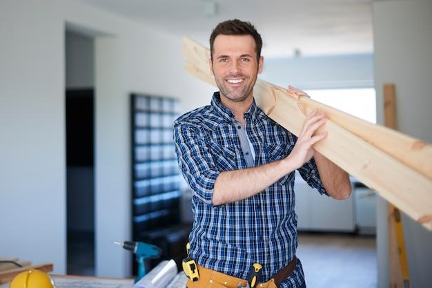 Escritorios de madera para estantería nueva en buenas manos Foto gratis