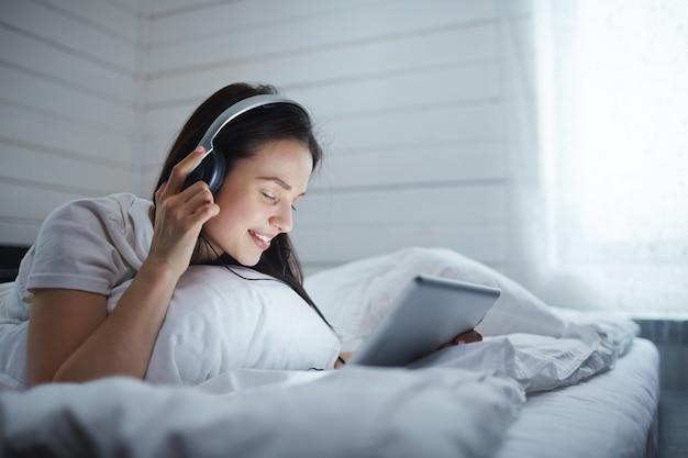 Escuchando música Foto gratis
