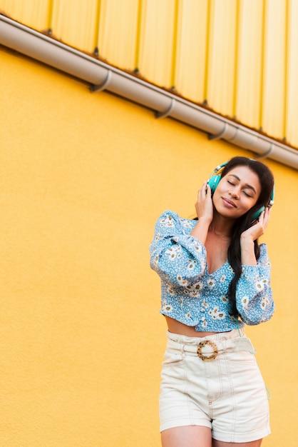 Escuchar música y sentir el ambiente. Foto gratis