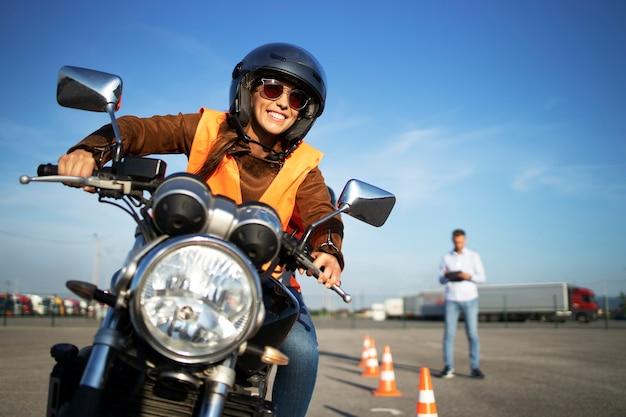 Escuela de manejo de motocicletas Foto gratis
