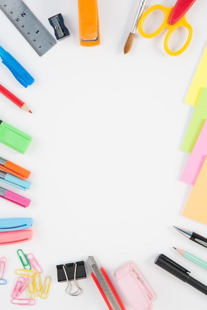 Escuela o herramientas de oficina sobre fondo blanco for Herramientas de oficina