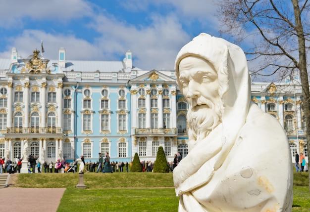 Escultura de jardín en el palacio de catalina en tsarskoye selo (pushkin), san petersburgo, rusia Foto Premium