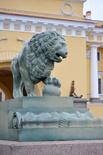 Escultura de león cerca del puente del palacio en san petersburgo, rusia Foto Premium