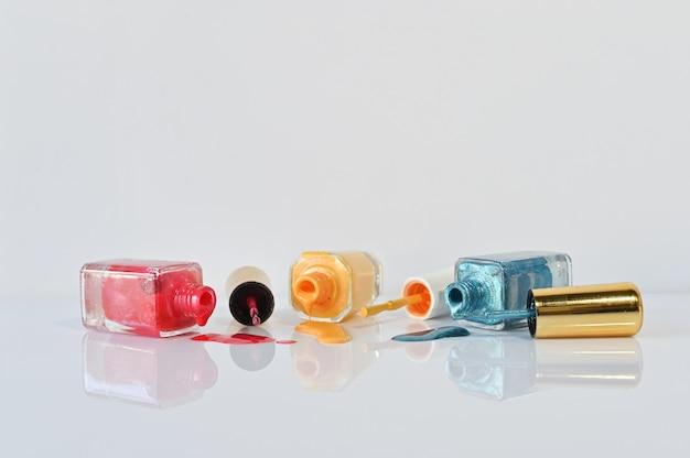 Esmalte de uñas aislado en el fondo blanco con el foco selectivo. Foto Premium