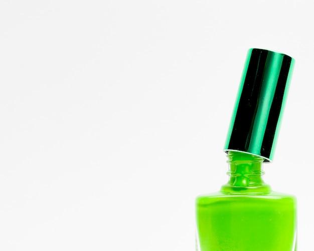 Esmalte de uñas verde aislado sobre fondo blanco Foto gratis