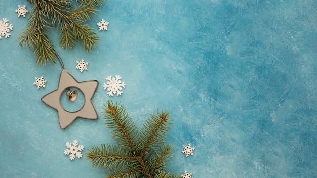 Espacio de copia de copos de nieve y hojas de pino Foto gratis