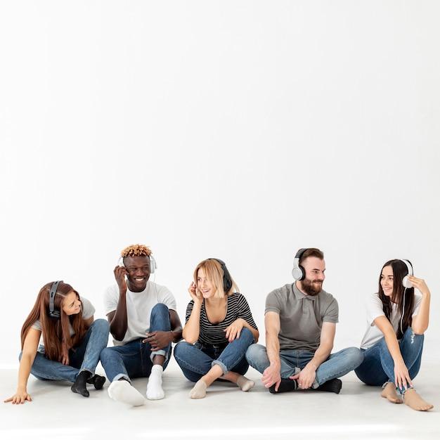 Espacio de copia jóvenes amigos escuchando música Foto gratis