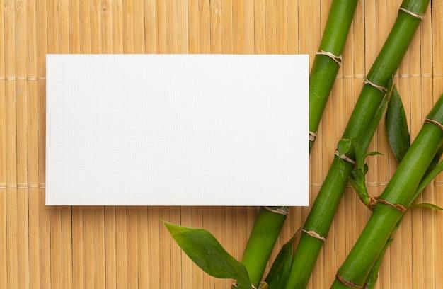 Espacio de copia moderna tarjeta de visita blanca y bambú Foto gratis
