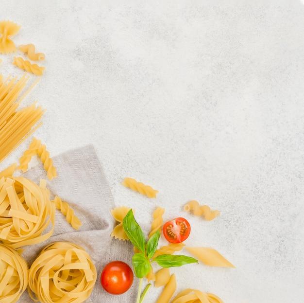 Espacio de copia pasta italiana y tomates Foto gratis
