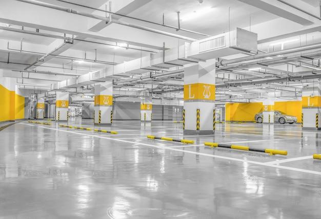 Espacio interior aparcamiento vacío en la noche Foto gratis