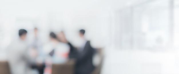 Espacio interior de oficina borrosa con fondo de reunión de empresario y empresaria Foto Premium