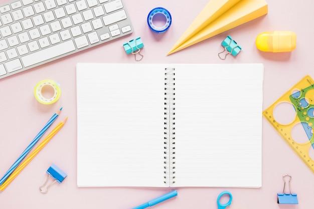 Espacio de trabajo creativo con cuaderno en blanco Foto gratis