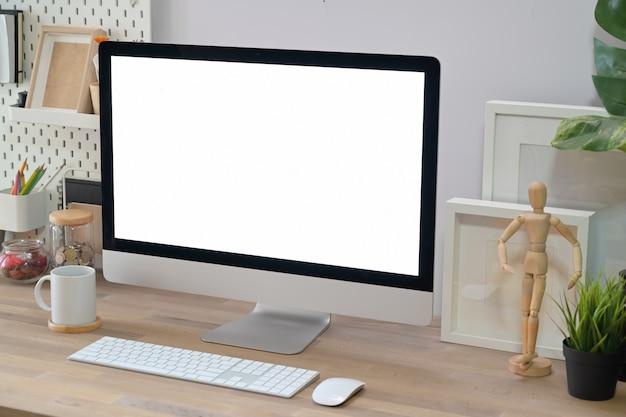 Espacio de trabajo creativo mínimo moderno. Foto Premium