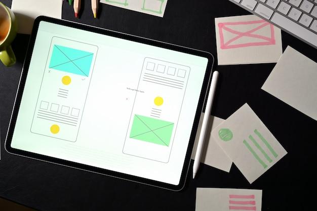 Espacio de trabajo del diseñador creativo del sitio web de ui con un marco de plantilla Foto Premium