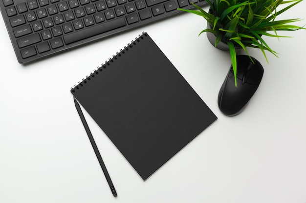 Espacio de trabajo de un empleado de oficina con teclado de computadora Foto Premium