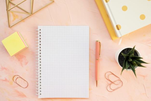 Espacio de trabajo del escritorio del estudiante. plano, vista desde arriba, plantilla de encabezado. Foto Premium