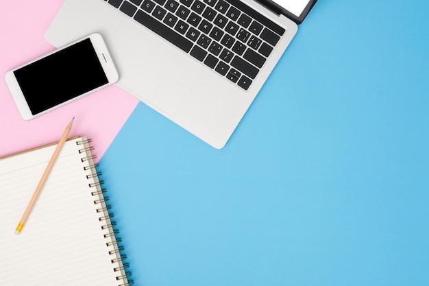 Espacio de trabajo del escritorio de oficina - plano, vista superior, maqueta, foto del espacio de trabajo con computadora portátil, maqueta Foto gratis