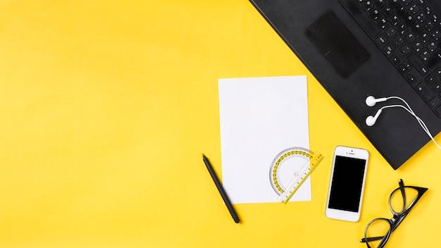 Espacio de trabajo en escritorio con varios elementos Foto gratis