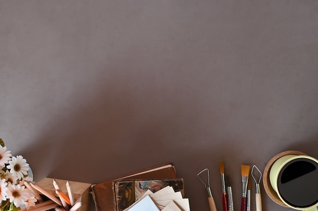 El espacio de trabajo de la vista superior del trabajo de escritorio reserva el café, decoración de la flor en espacio de la copia del escritorio de oficina. Foto Premium