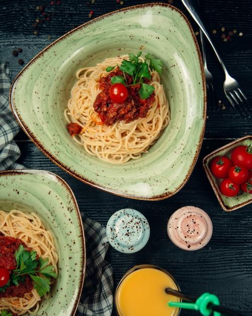Espagueti con carne en salsa de tomate Foto gratis