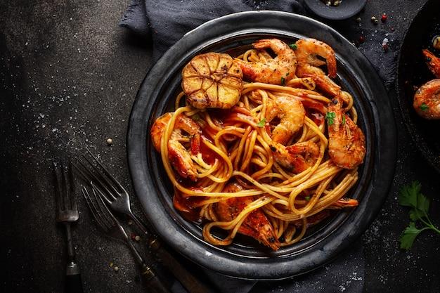 Espagueti de pasta con camarones y salsa Foto gratis