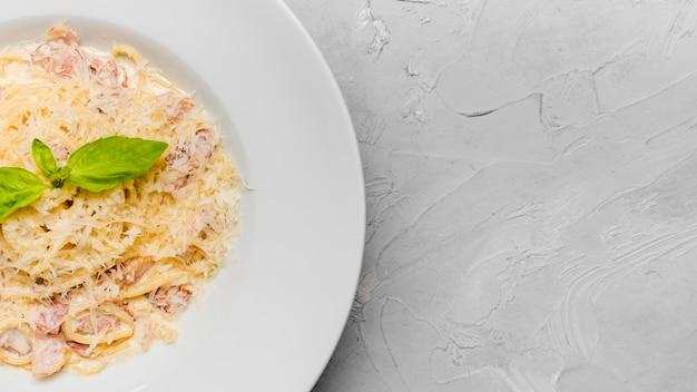 Espagueti sabroso con espacio de copia de queso Foto gratis