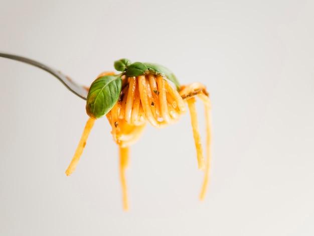 Espaguetis alrededor de tenedor Foto gratis