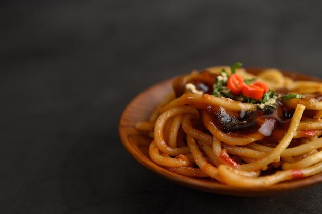Espaguetis apetitosos pasta italiana con salsa de tomate Foto gratis