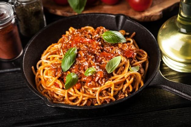 Espaguetis a la boloñesa tradicional Foto Premium