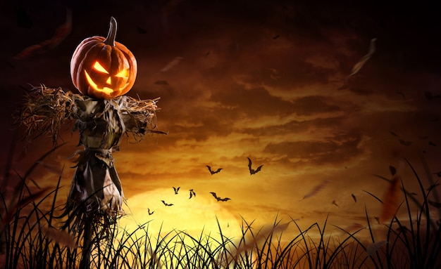 Espantapájaros de calabaza de halloween en un amplio campo con la luna en una noche de miedo Foto Premium