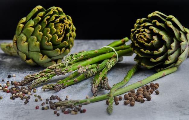Espárragos y alcachofas con hierbas. Foto Premium