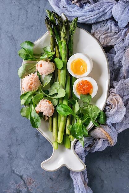 Espárragos verdes cocidos con huevo Foto Premium