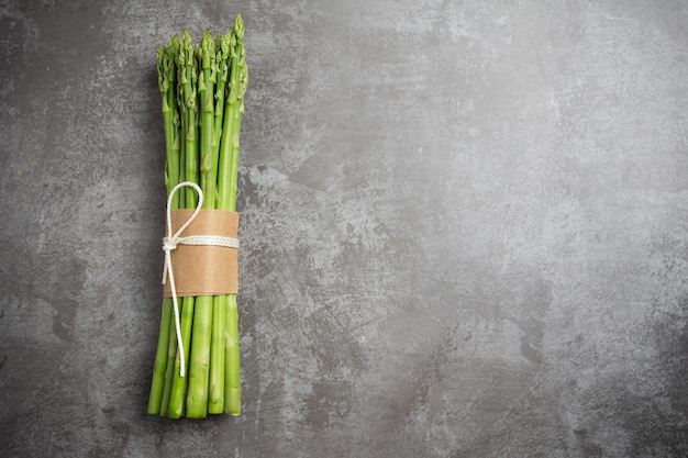 Espárragos verdes frescos en la mesa. Foto gratis