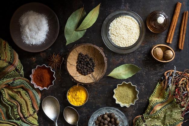 Especias de alimentos secos y sal sobre una superficie oscura Foto Premium